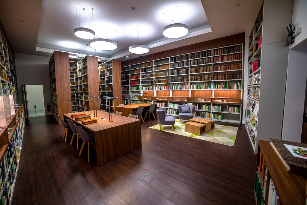 Salle de lecture de la bibliothèque de la SNHF
